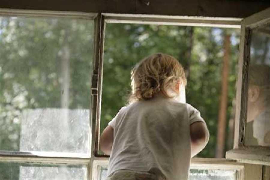 Картинка ребенка на балконе с открытым окном