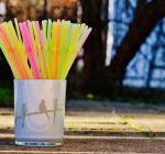 В Великобританиис 1 октября запрещены пластиковые соломинки и ватные палочки