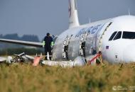 самолет-упал-на-поле