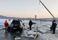 машины провалились под лед