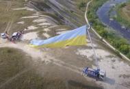 На Луганщиневблизи границы с Россиейразвернули20-метровый флаг Украины