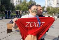 """Активистка Femen устроилаЗеленскому """"теплый прием"""" наизбирательном участке в Киеве"""
