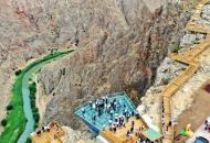 В Турции открыли для посетителей стеклянную смотровую площадку над 200-метровой пропастью
