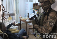 В Киеве мужчина взял в заложницы женщину
