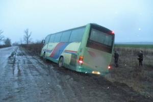 автобус с 30 пассажирами оказался в кювете