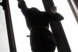 В Одессе женщинавытолкнула из окна 5 этажа свою 7-летнюю дочь и выпрыгнула вслед за ней
