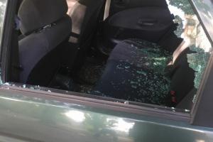поссорившись с водителем житель Рубежногоразнесстекло в автомобиле такси