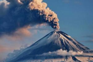 На Камчатке началось извержение вулкана Безымянный