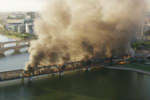 В США на мосту через озеро сошел с рельсов и загорелся поезд с токсичными веществами