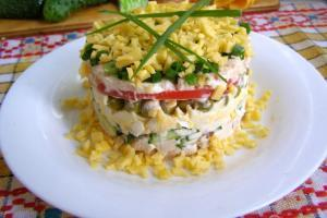 Слоеный салат с копченой курицей и сыром