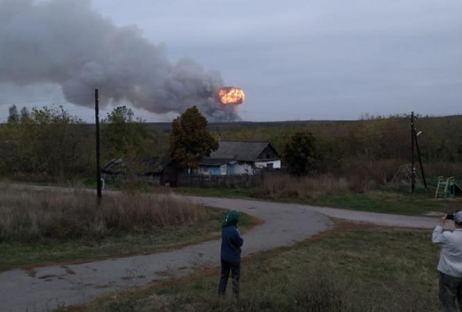Под российской Рязанью продолжают взрыватьсябоеприпасы наскладевоинской части