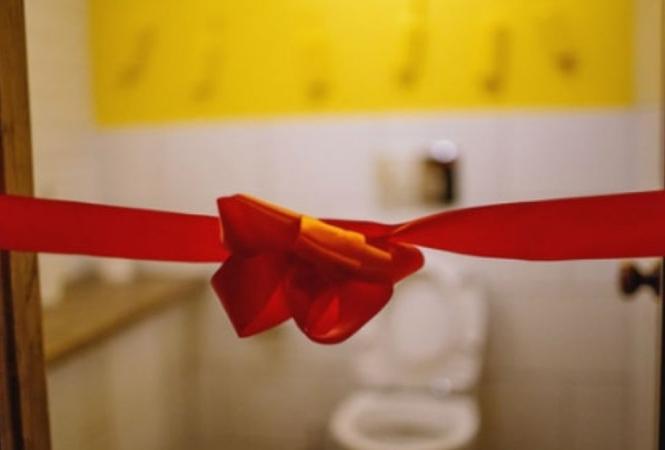 Сеть насмешило торжественное открытие туалета к 8 Марта в одном из вузов Киева