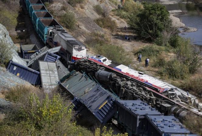 В Турции в результате столкновения грузовых поездов погибли два машиниста