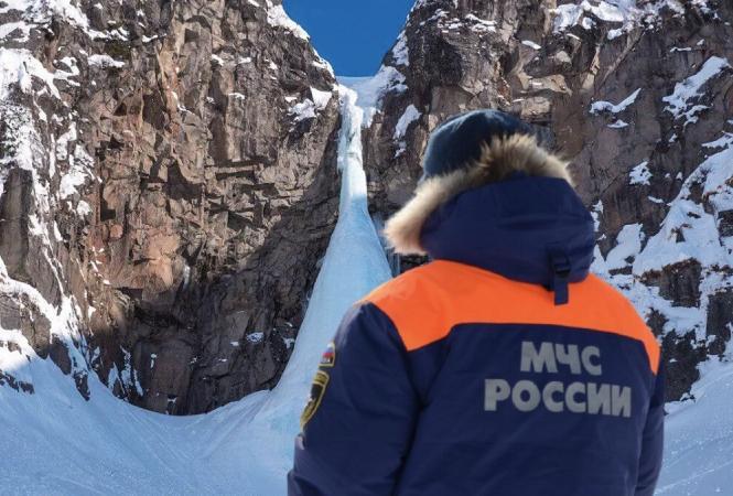 На Камчаткепод завалами льдана Вилючинском водопаде оказались люди