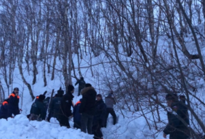 На Камчаткеу школыснежная лавина накрыла людей