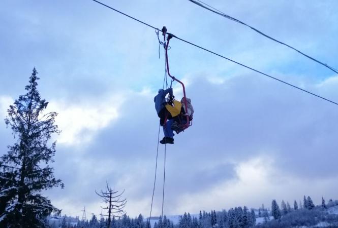 """В Карпатах на горнолыжном курорте на канатной дороге """"застряли"""" более 70 туристов"""
