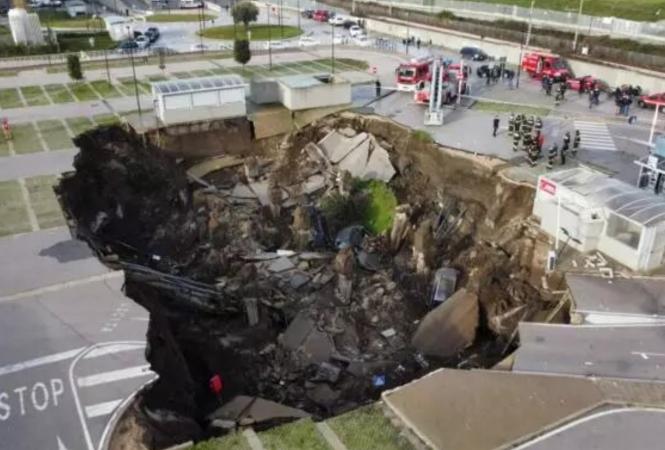 """ВНеаполе под землю ушла парковка возле """"ковидной"""" больницы"""