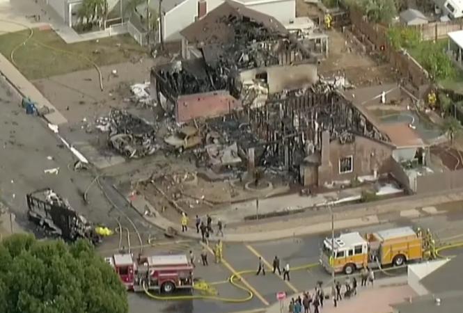 В Калифорнии самолет упал на жилой район