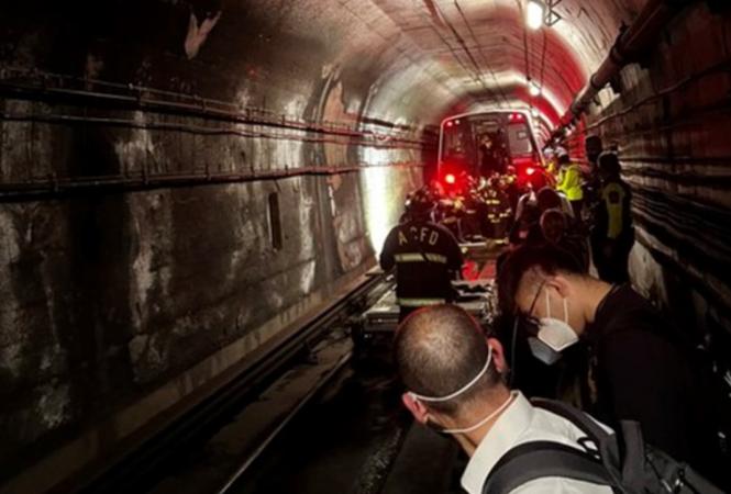 вагон метро сошел с рельсов