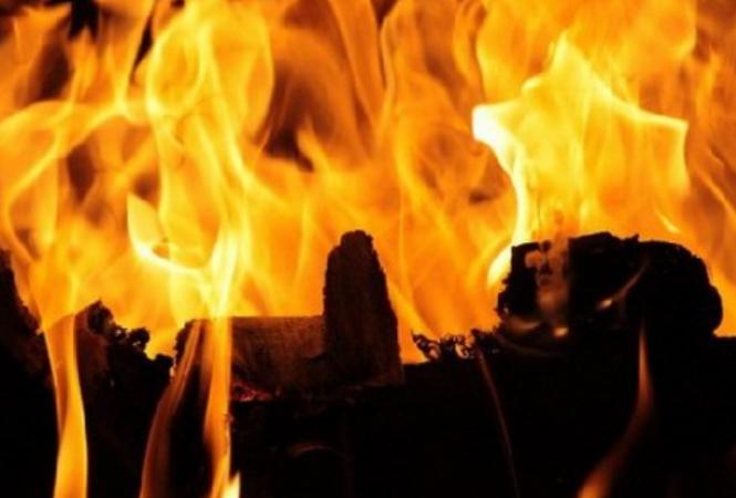 В Рубежном из горящего дома патрульныеспасли спящего ребенка