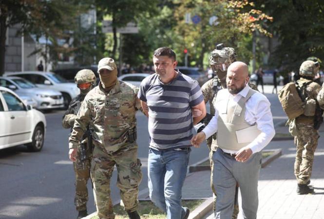мужчина угрожает взорвать гранату в здании Кабмина