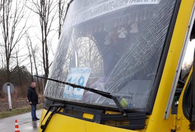 Во Львовской области на переезде столкнулись поезд и маршрутка
