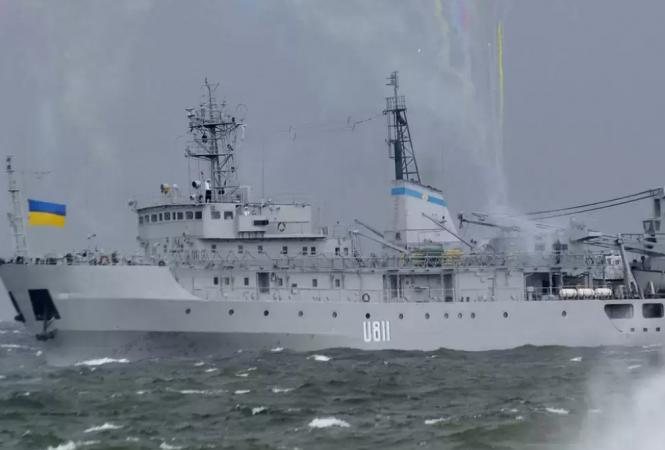 """Украинский военный корабль U-811 """"Балта"""" буксируют в Одессу"""