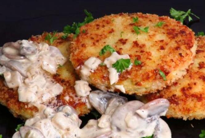 Картофельно-сырные оладьи с грибным соусом